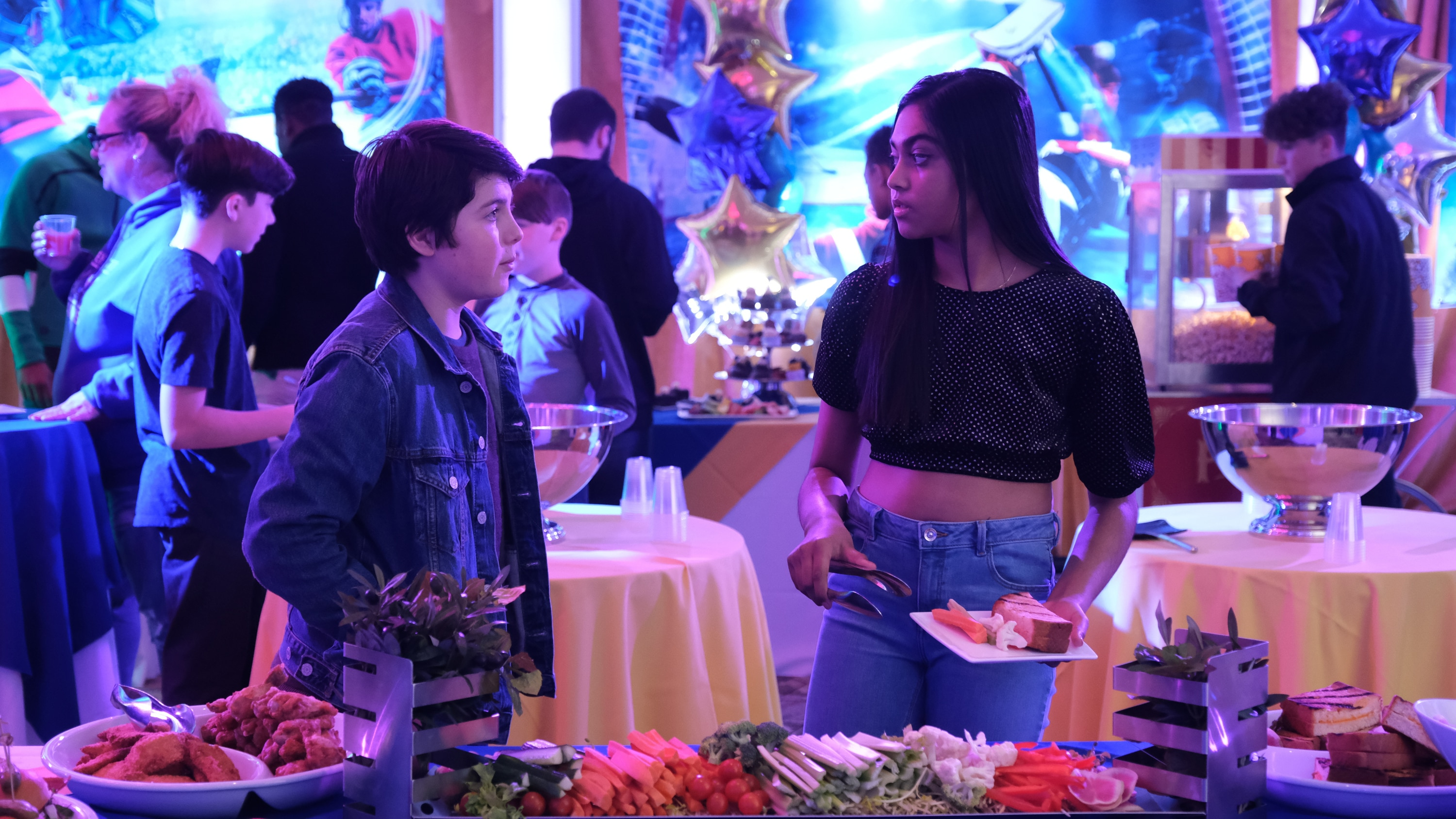 """THE MIGHTY DUCKS: GAME CHANGERS - """"Head Games"""" - Don't Bothers road trip to States! Teen drama unfolds, Alex is left behind, Bombay reveals a secret.  (Disney/Liane Hentscher) BRADY NOON, SWAYAM BHATIA"""