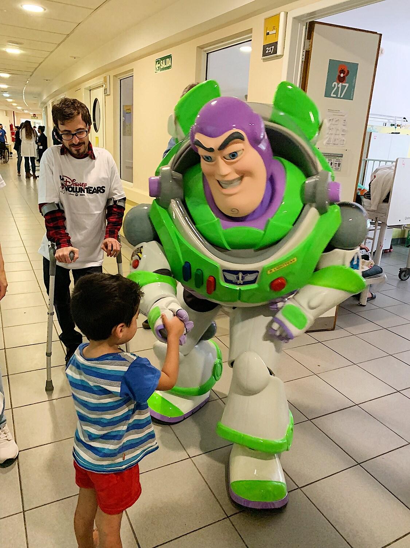Buzz y un niño