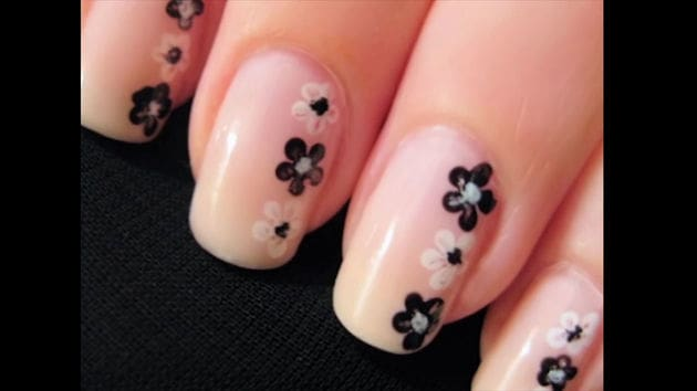 Uñas con flores sencillas (Simple Flower Nail Art)