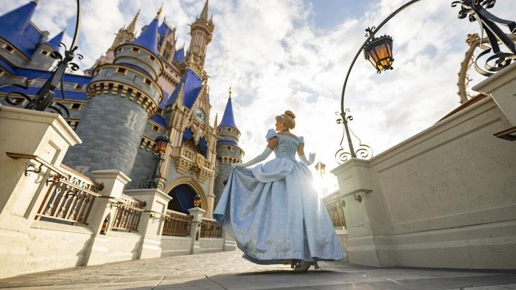 Echa un vistazo especial a los nuevos colores de realeza del castillo de Cenicienta Magic Kingdom Park
