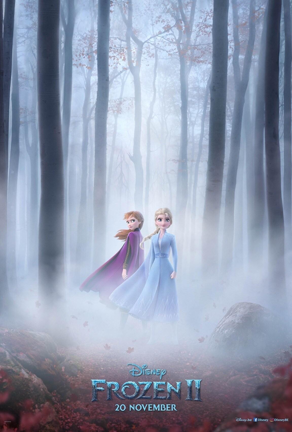 Elsa en Anna staan in een bos en worden in mist gehuld