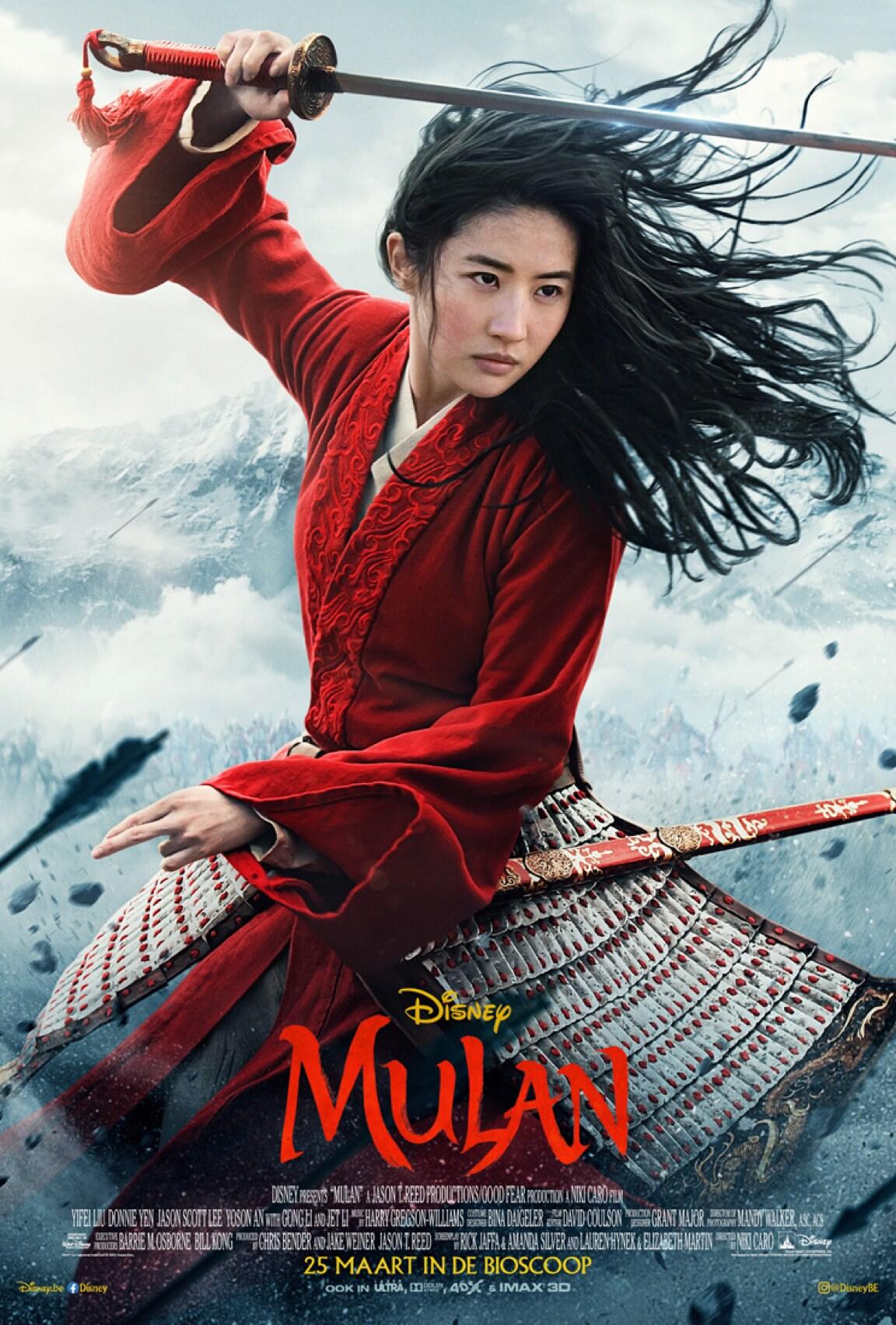 Mulan zwaait met een zwaard tegen een rokerige achtergrond
