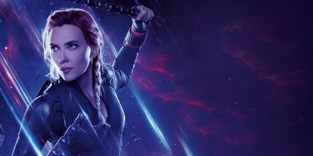 Vedova nera pronta al combatimento su uno sfondo purpureo in Avengers: Endgame