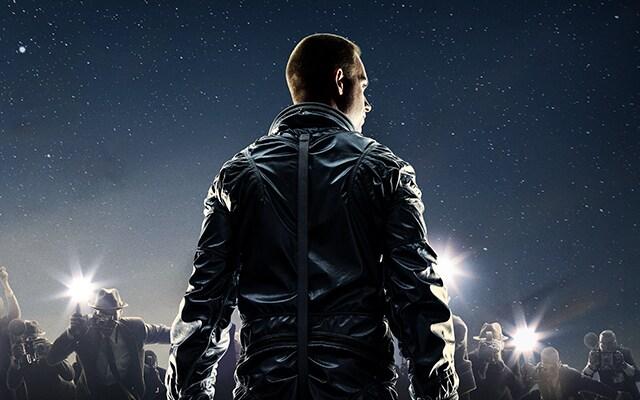 Astronauta sin casco fotografiado de espaldas