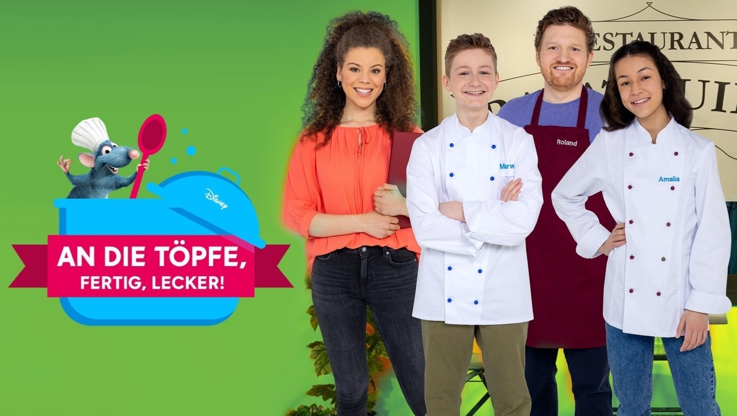 """Luna, Marwin, Roland und Amalia vor dem Restaurant Ratatouille, grüner Hintergrund, Ratte mit Kochlöffel und Kochmütze im Kochtopf, """"An die Töpfe, fertig, lecker!""""-Logo"""