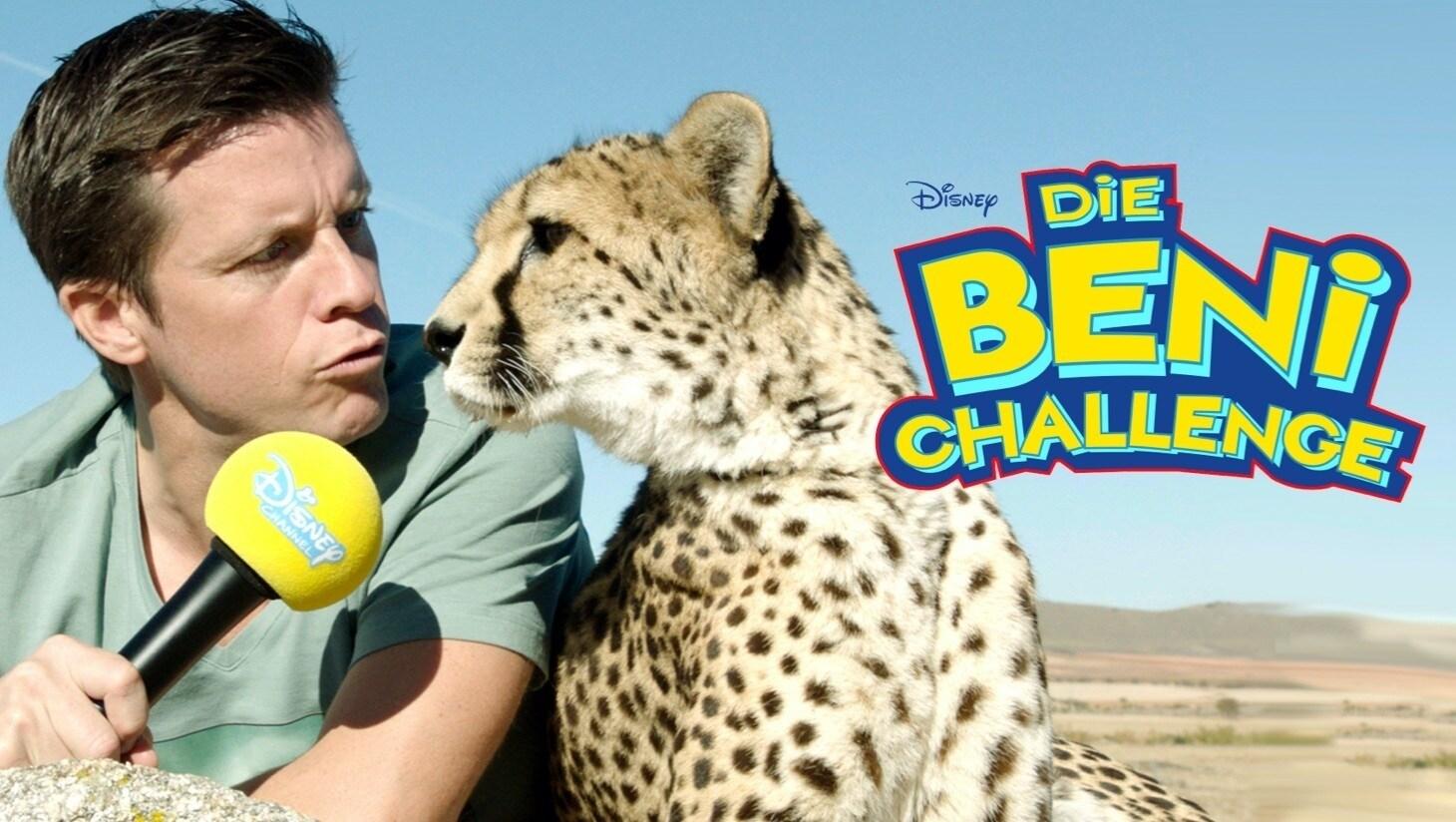 """Benedikt Weber hält vor Savannen-Hintergrund einem Geparden ein Mikrofon hin, """"Die Beni Challenge""""-Logo"""