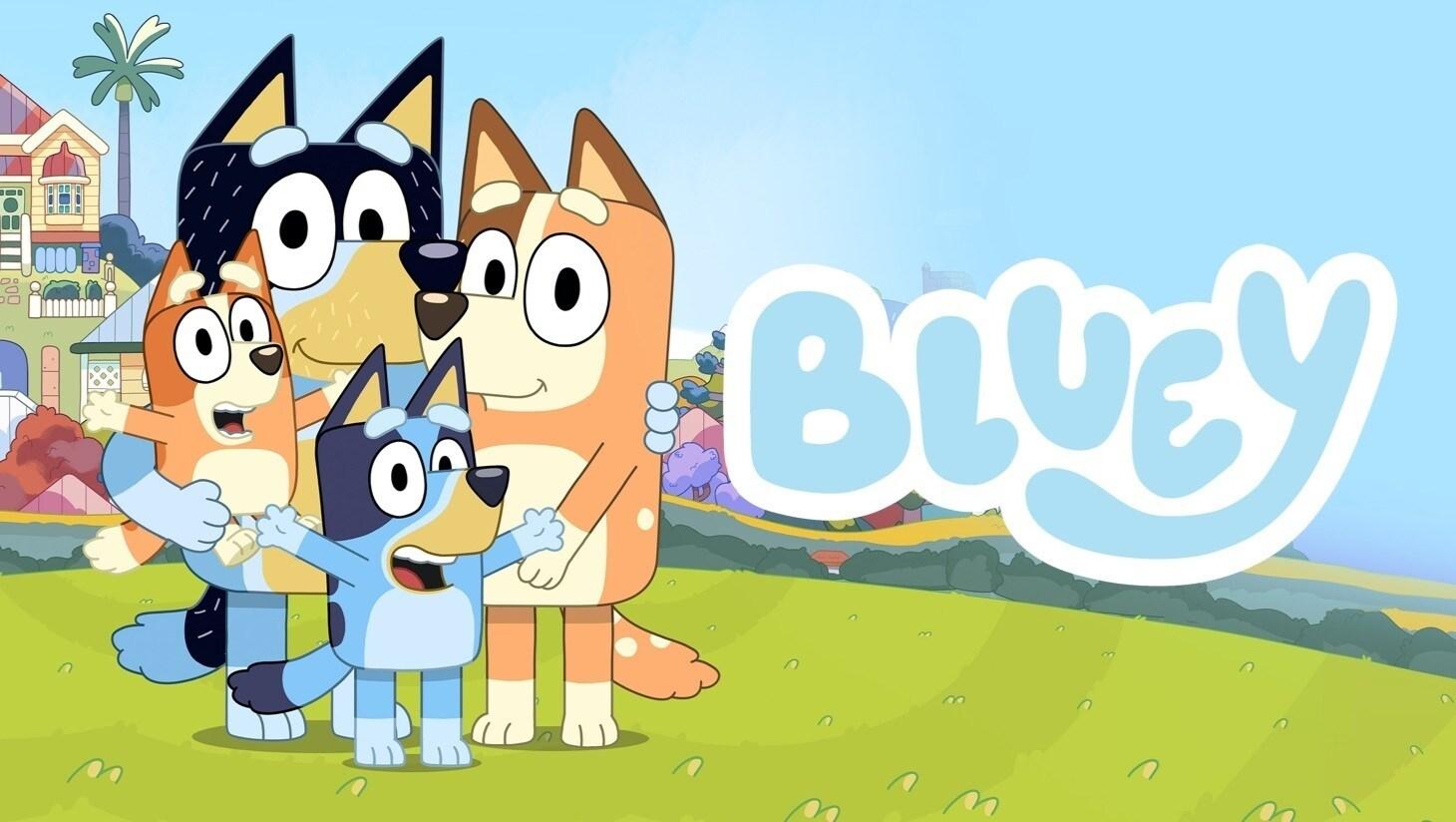 """Bluey, Bingo und ihre Eltern auf einem grünen Hügel mit einem Haus und blauem Himmel im Hintergrund, """"Bluey""""-Logo"""