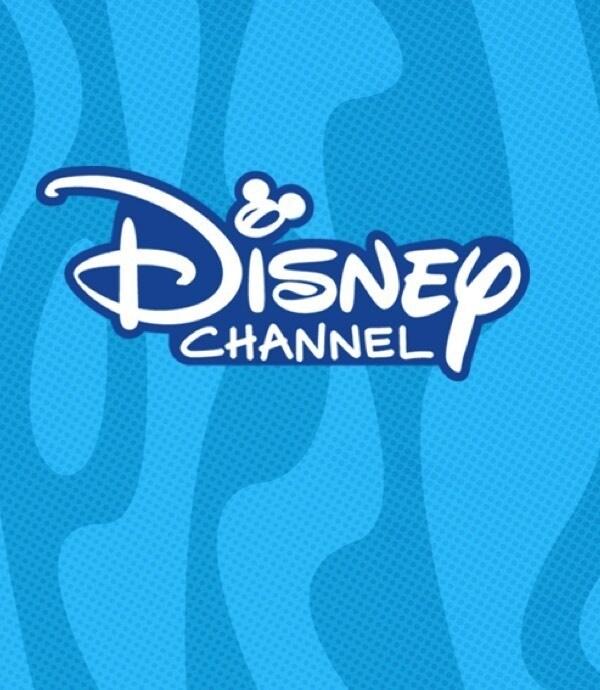 Disney Channel Livestream Logo auf blau gestreiftem Hintergrund