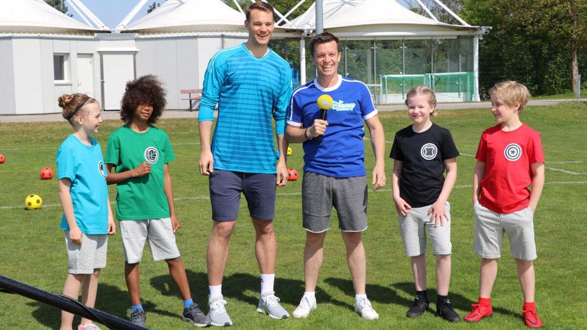 Manuel Neuer und Beni Weber umringt von den Kids