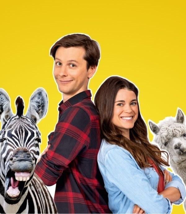 Patrizia und Jo stehen neben einem Zebra und einem Lama