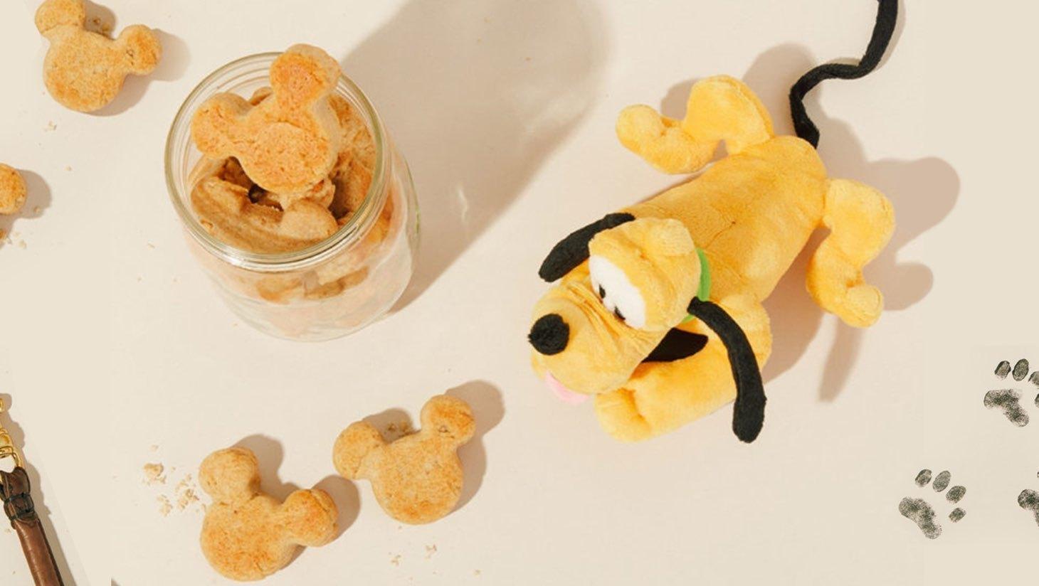 Tente entourée de coussins et de nourriture inspiré de Mickey