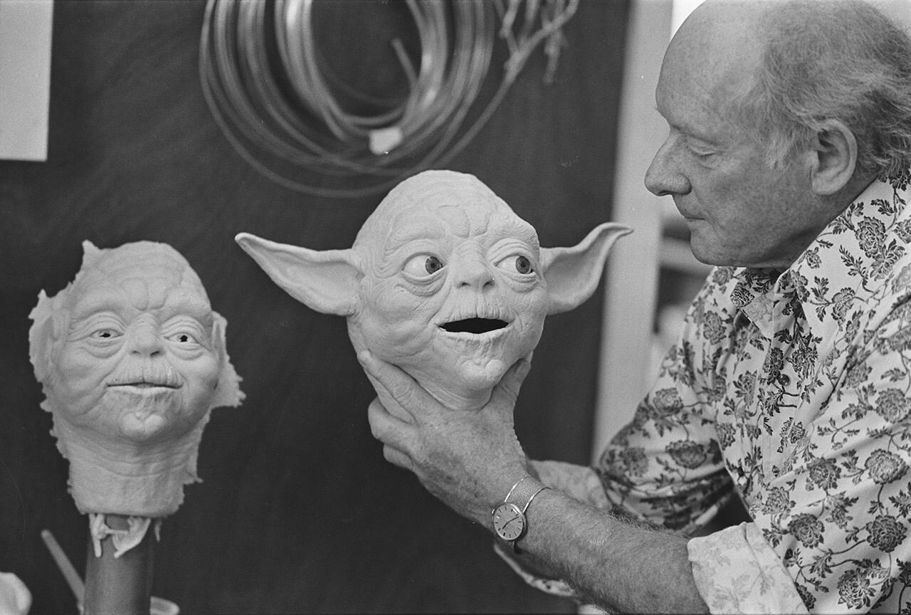 Stuart Freeborn trabalhando em Yoda