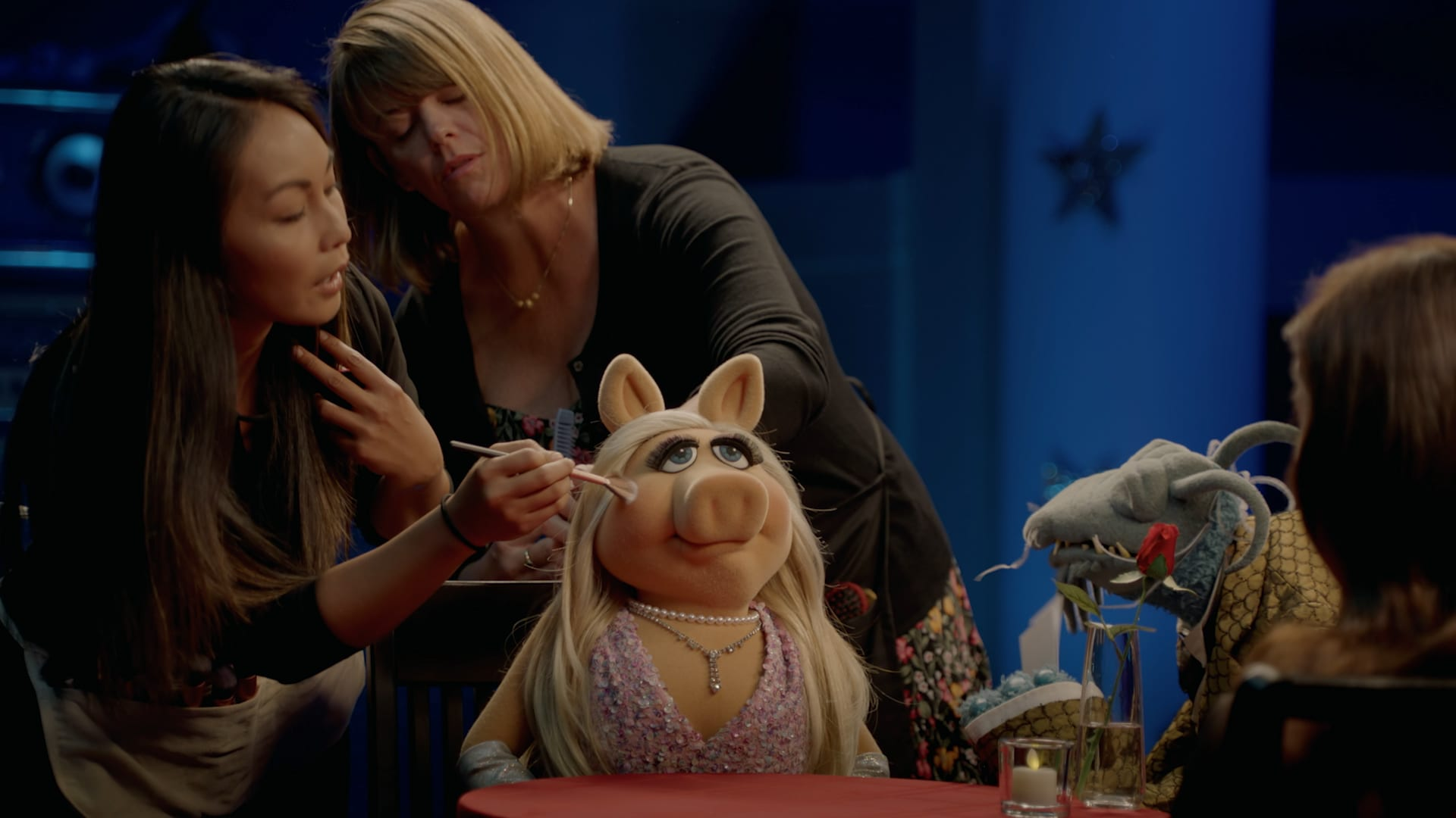 """Miss Piggy and Aubrey Plaza in """"Muppets Now,"""" streaming only on Disney+"""