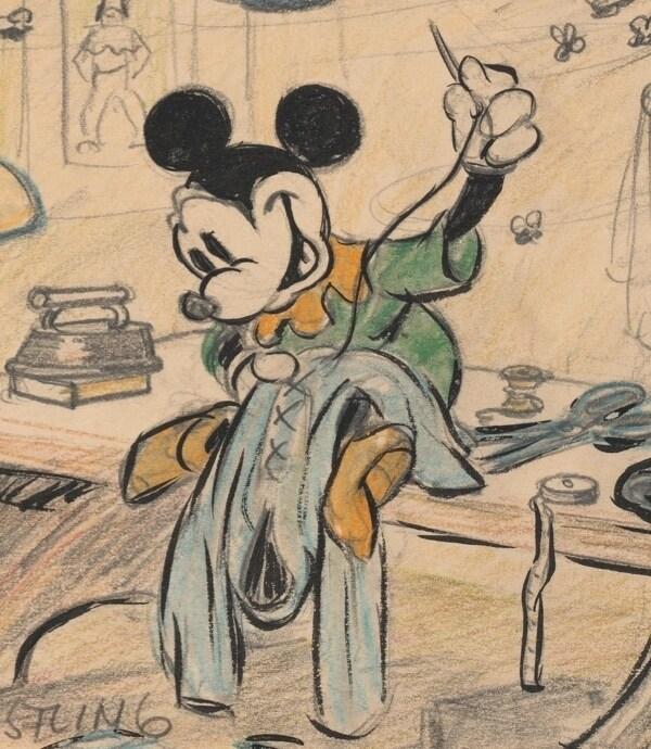 Ilustración de Mickey Mouse cosiendo una prenda sentado encima de un escritorio