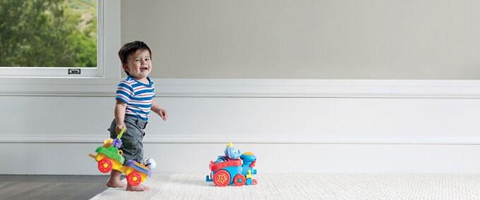 De eerste stapjes van een baby