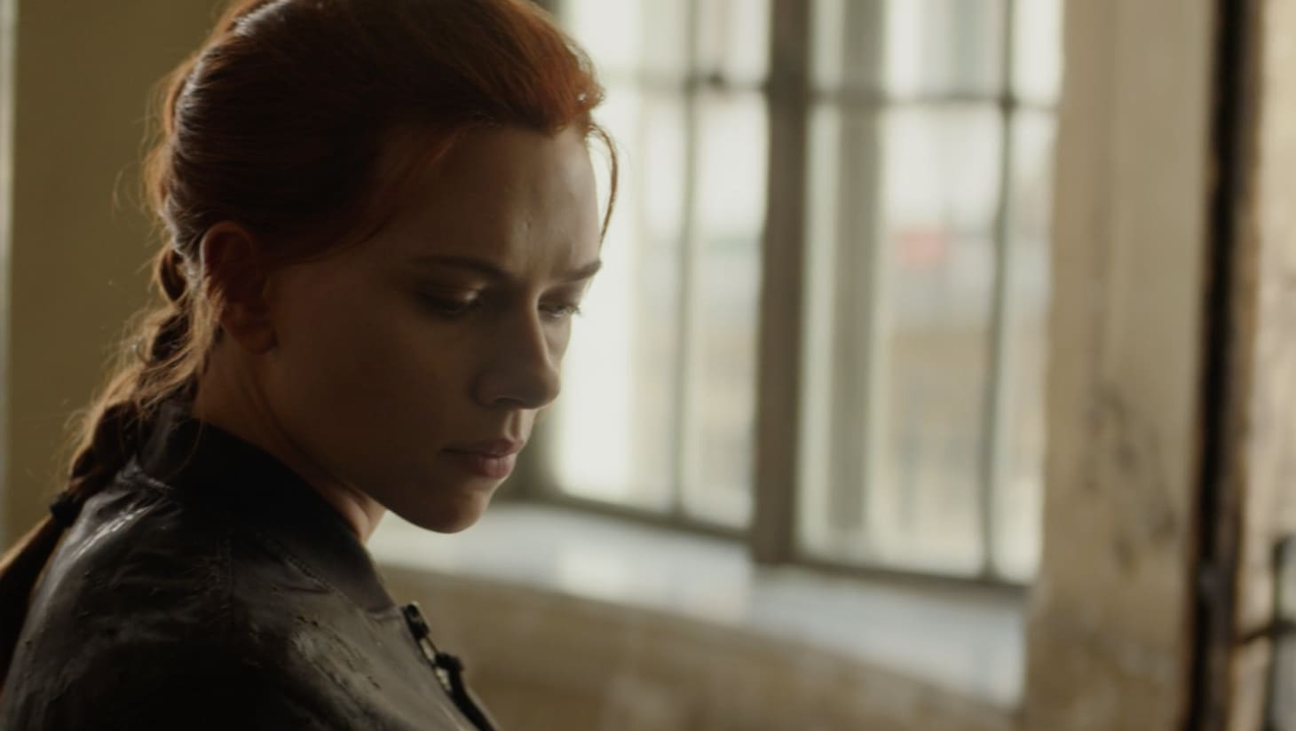 Scarlett Johansson en Black Widow regardant au loin