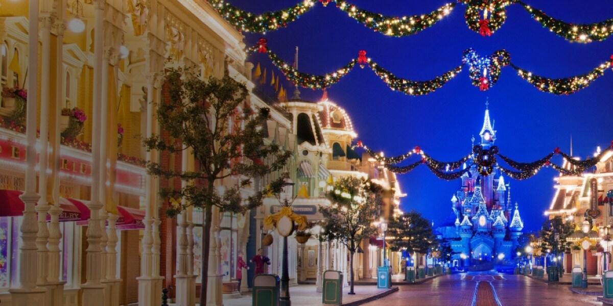 Main Street et le Château de la Belle au Bois Dormant avec des décorations de Noël à Disneyland Paris