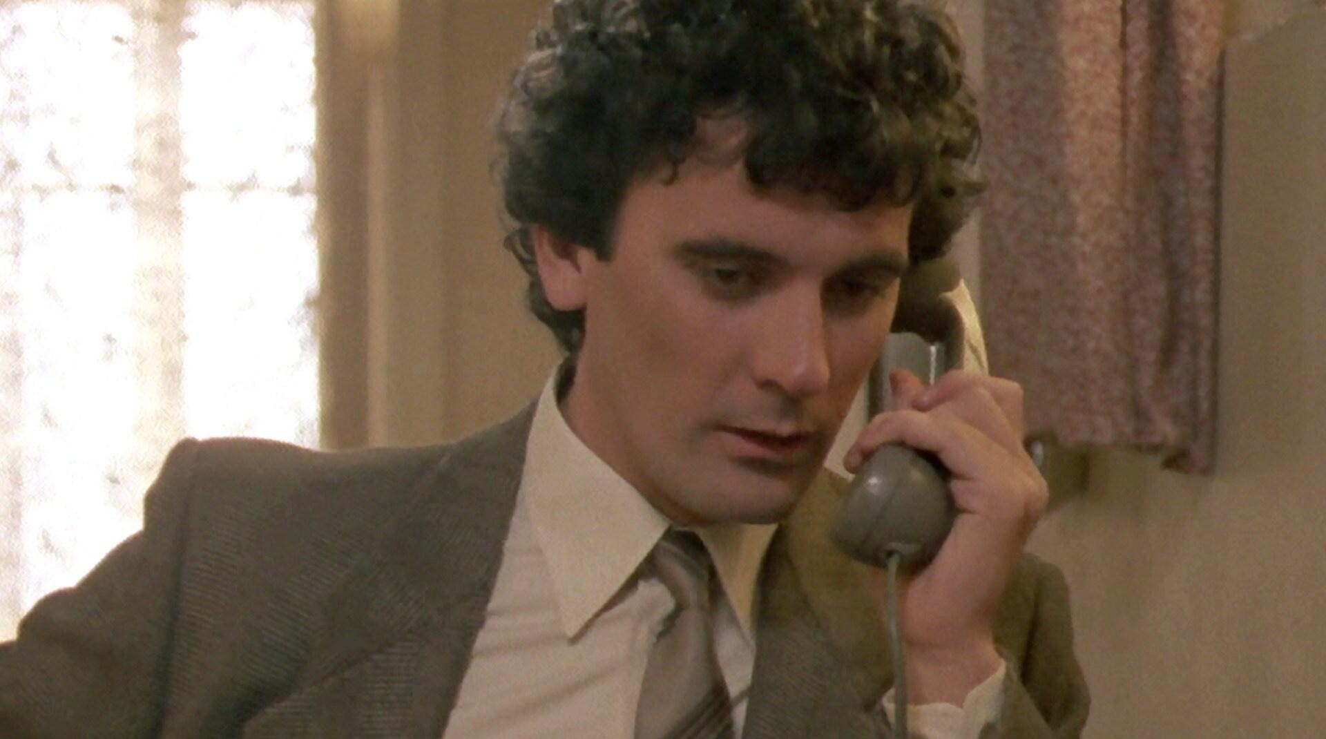 Massimo Troisi in una scena del film Scusate il ritardo
