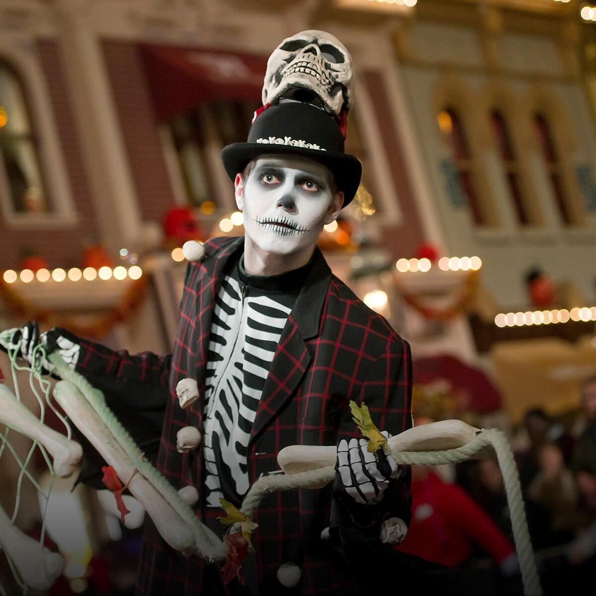 Un homme déguisé en squelette à la soirée Halloween de Disneyland Paris