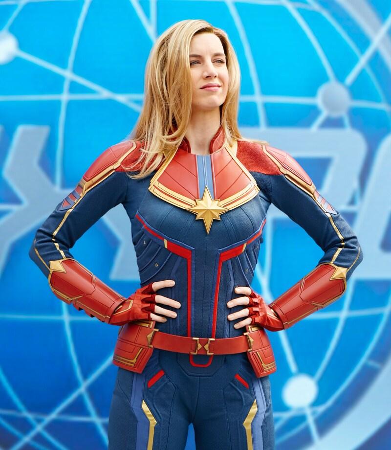 Différents personnages des Avengers sur scène