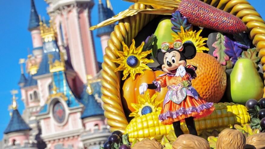 Minnie op een praalwagen met het kasteel van Doornroosje op de achtergrond