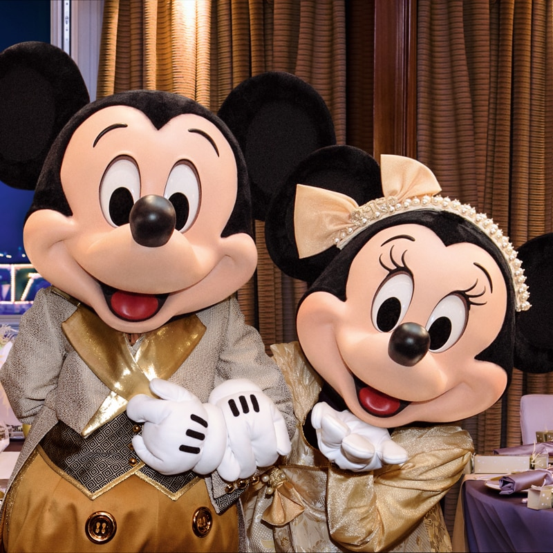Mickey Mouse en Minnie Mouse in feestelijke outfits
