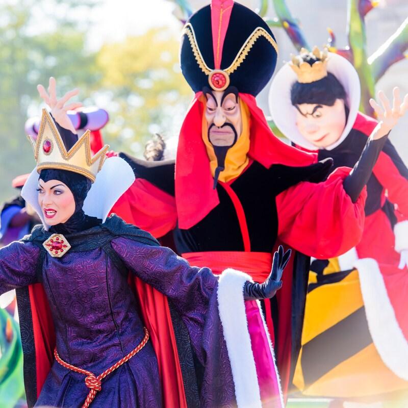 A Rainha Má, Jafar e a Rainha de Copas em palco