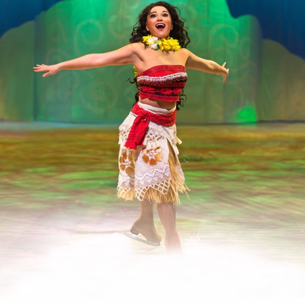 Vaiana synger, mens hun skøjter rundt på isen
