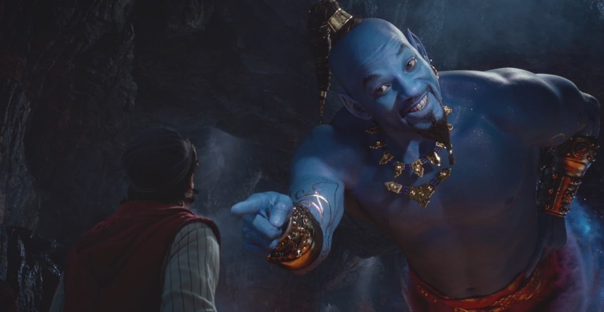 A Dzsinit alakító Will Smith Aladdinra mutat.