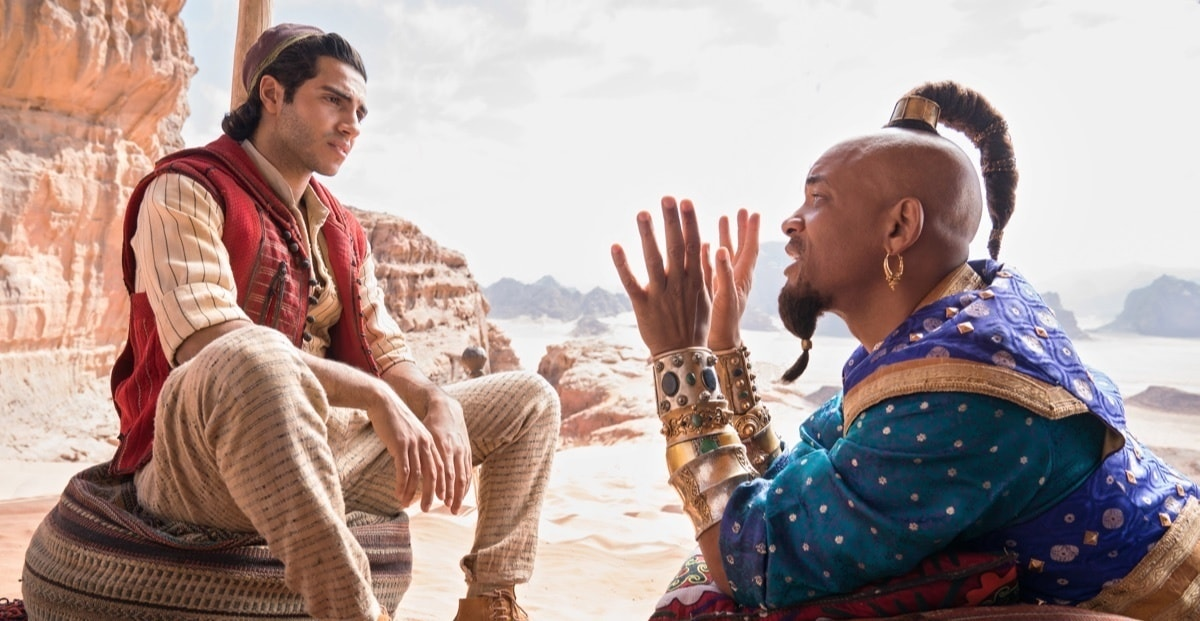 A Dzsinit alakító Will Smith Aladdinhoz beszél.