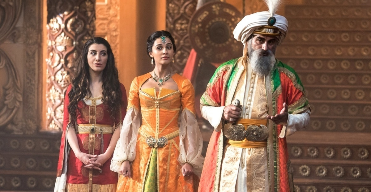 Naomi Scott as Jasmine stood next to the Sultan