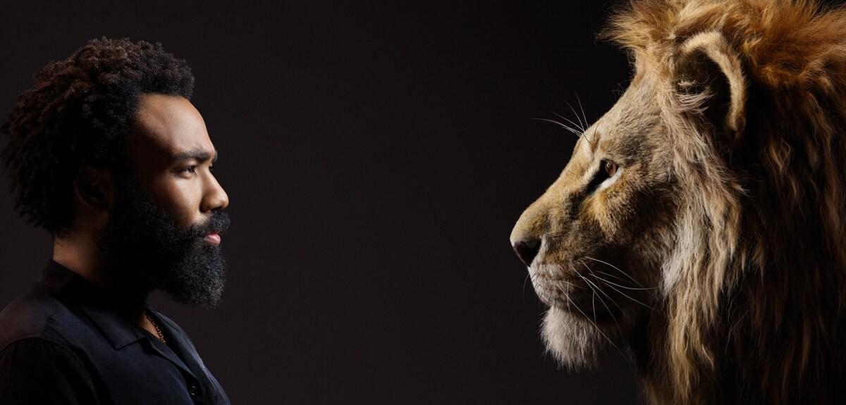 Ο Donald Glover ντυμένος στα μαύρα κοιτάζει το πρόσωπο του Σίμπα