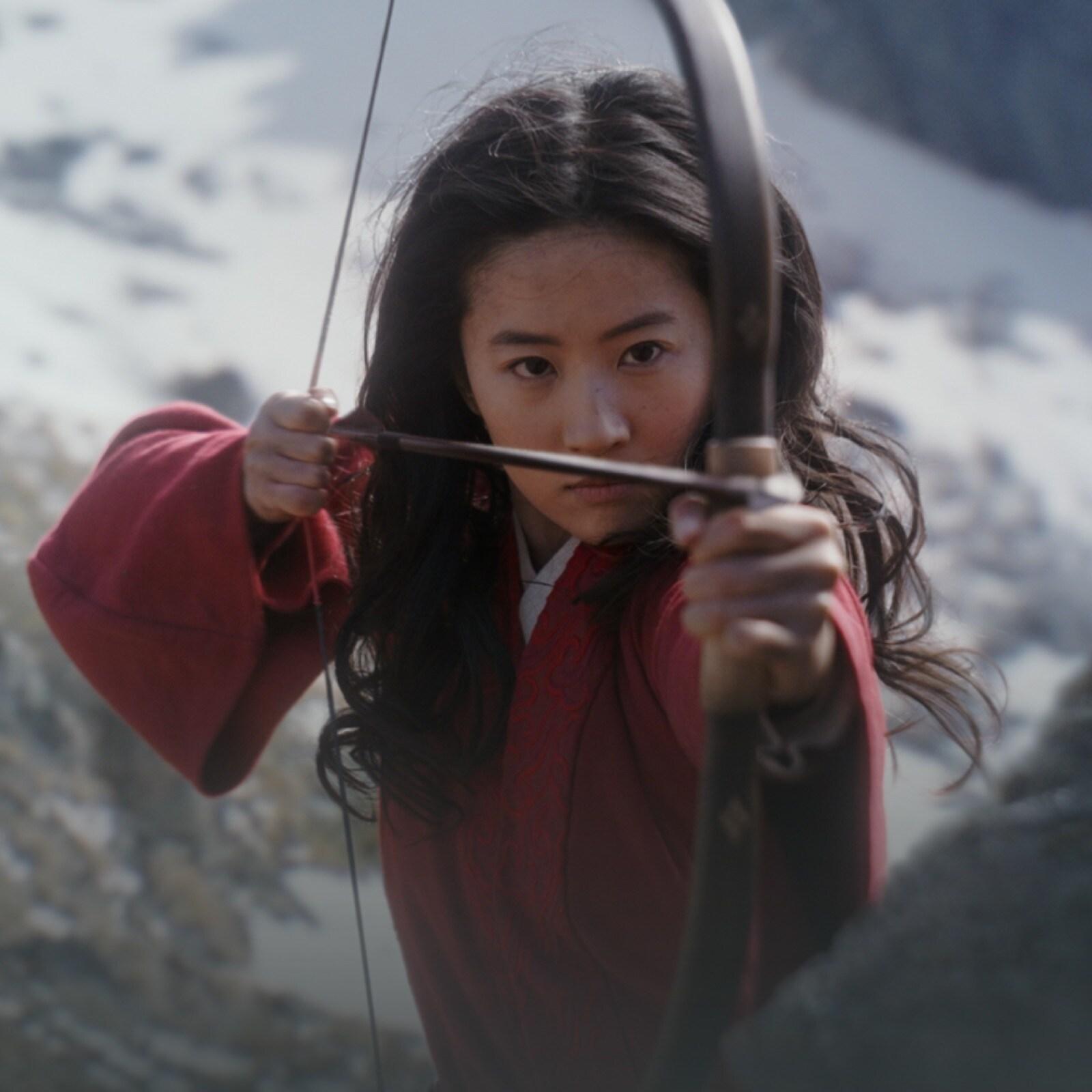 Mulán mirando com o arco e flecha