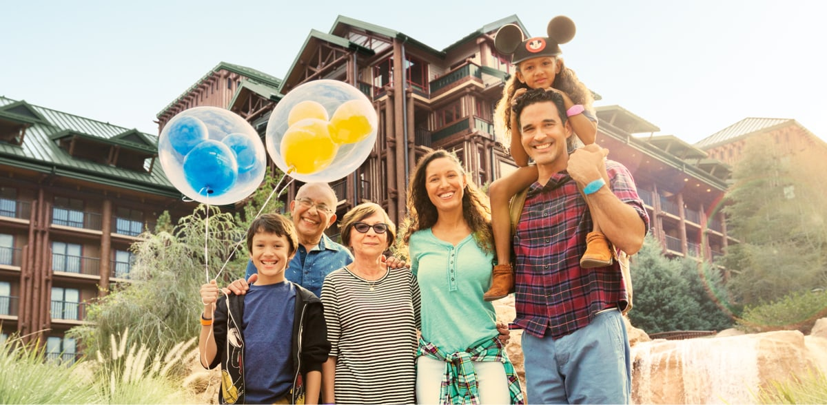 Una familia de pie fuera del Disney Hotel Wilderness Lodge.