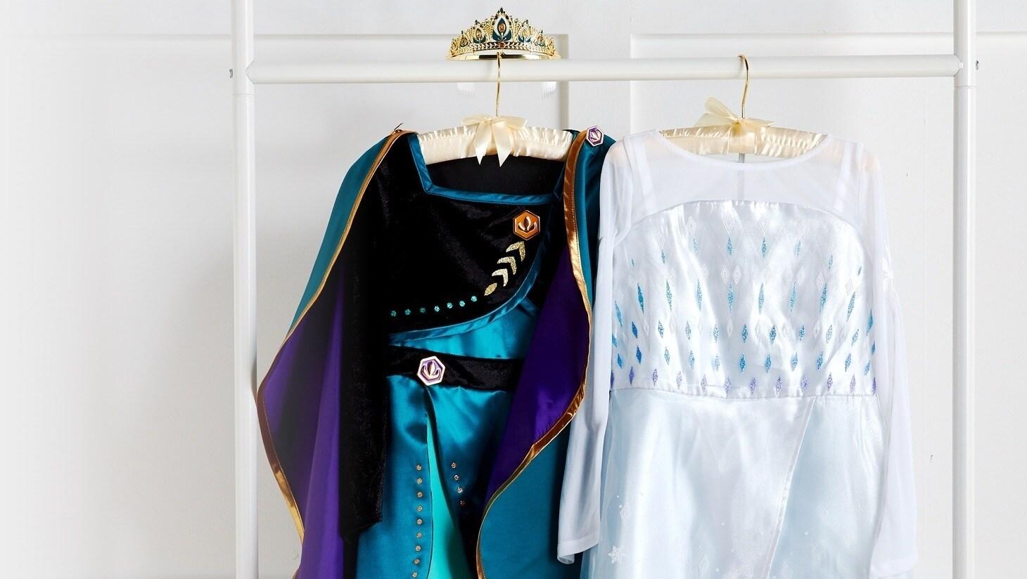 Ragazza che indossa un abito Frozen con peluche ispirato a Frozen