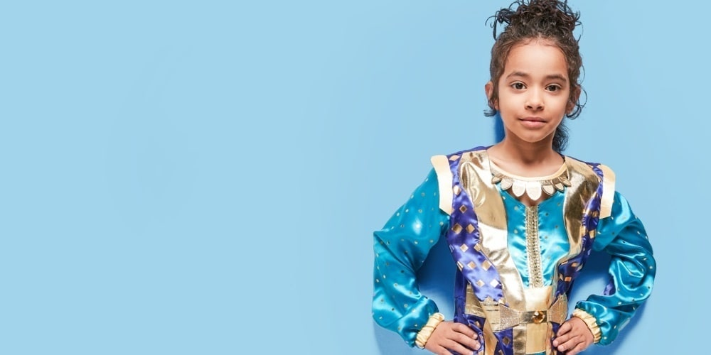 Inspiré d'Aladdin, ce costume comprend un pantalon confortable et un haut avec effet de superposition, gansé de satin et des imprimés dorés.