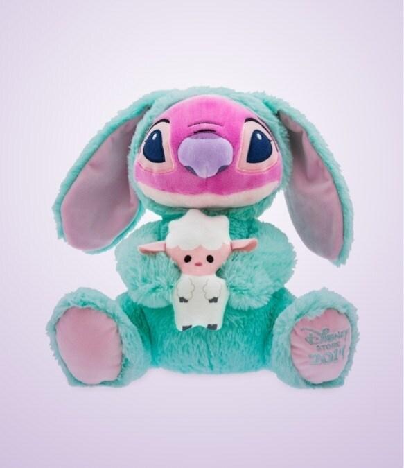 Mickey Mouse brinquedo macio vestido como um coelho segurando um brinquedo macio Ângulo vestida com roupa de coelho segurando um cordeiro doce pouco macio-feel.