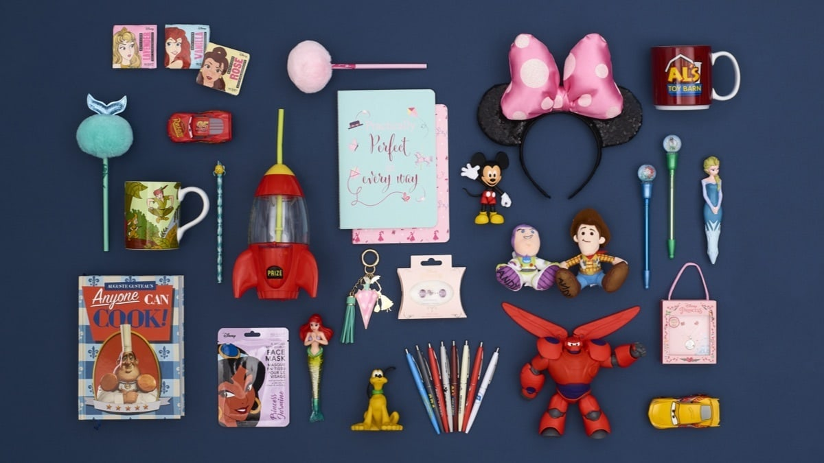 Una selezione di regali inferiori a £ 10 inclusi Tiny Big Feet, Minnie Mouse Ears, Notebook, Penne e Maschere