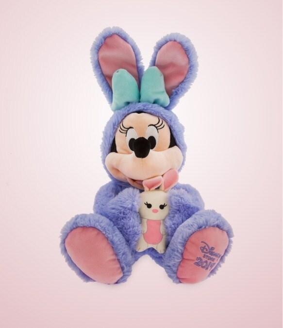 Brinquedo macio de Minnie Mouse vestido de coelho segurando um coelho.