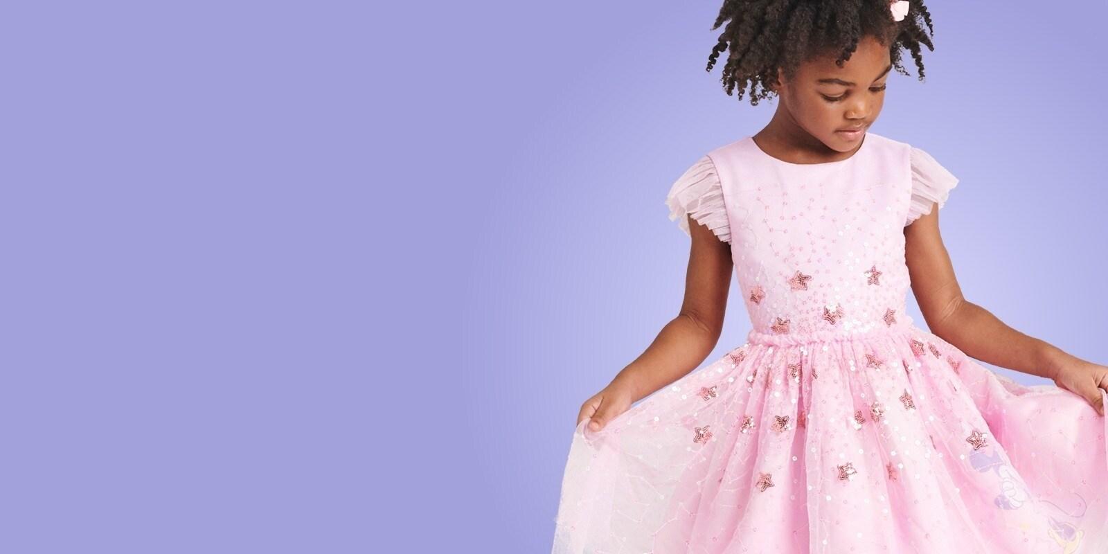 Fille vêtue d'une robe rose