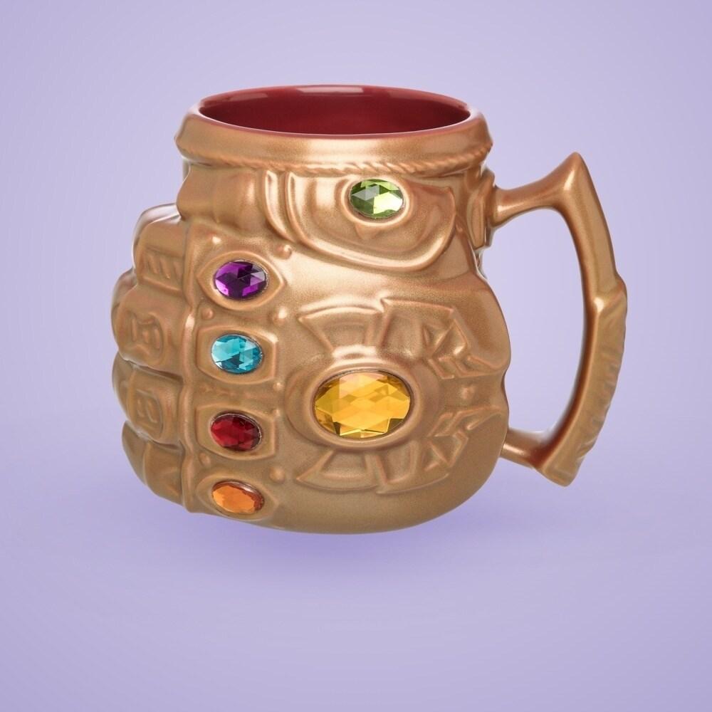 La tasse inspirée par le gantelet d'infini de Thanos.
