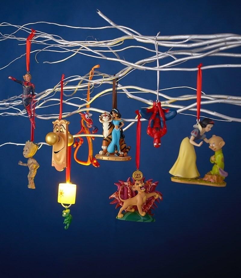 Eine Auswahl an hängenden Ornamenten, die von Disney-Filmen wie dem König der Löwen und Up inspiriert wurden