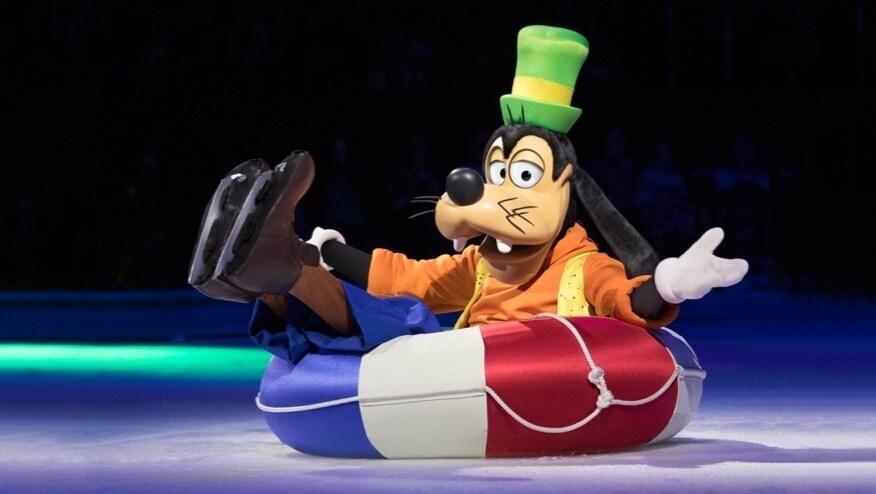 Pateta com patins de gelo sentado numa boia