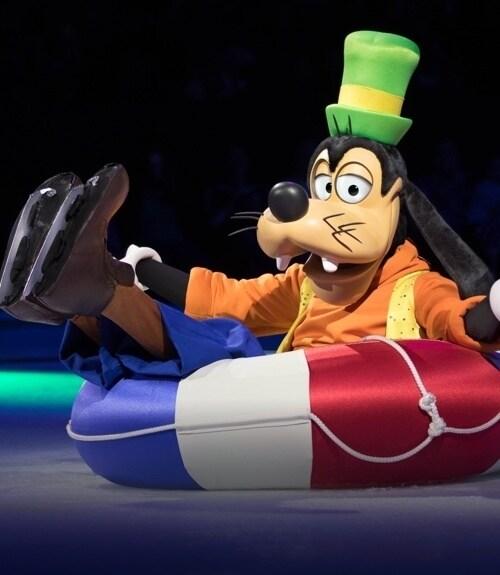 Dingo assis dans une bouée de sauvetage avec des patins à glace