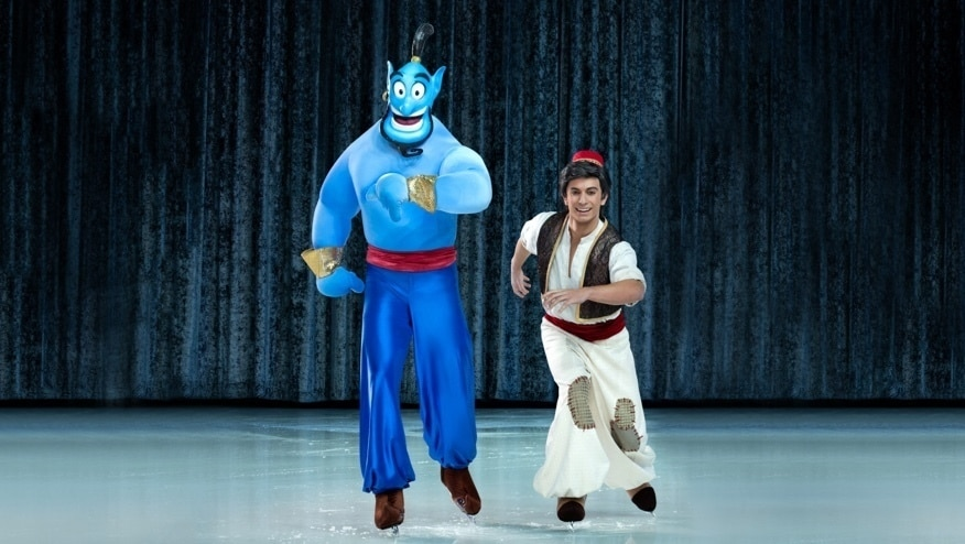 Aladdin en de Geest schaatsen naast elkaar op het ijs
