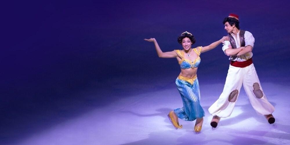 Aladdín y Jasmine bailando juntos sobre hielo