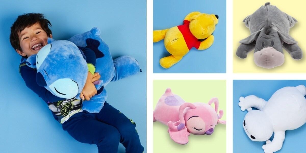 Uma criança abraçando um brinquedo macio Stitch Cuddleez, Eeyore Cuddleez, Winnie the Pooh Cuddleez