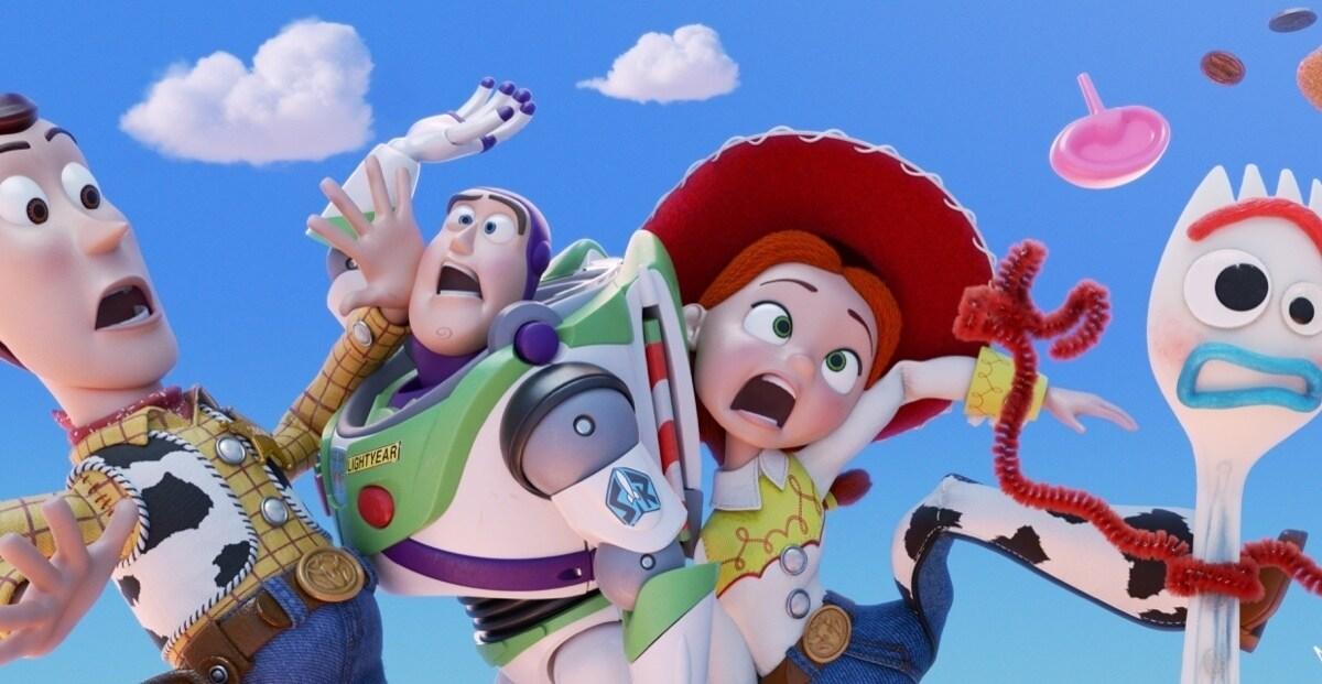 Woody, Buzz, Jessie e Forky flutuam pelo ar.