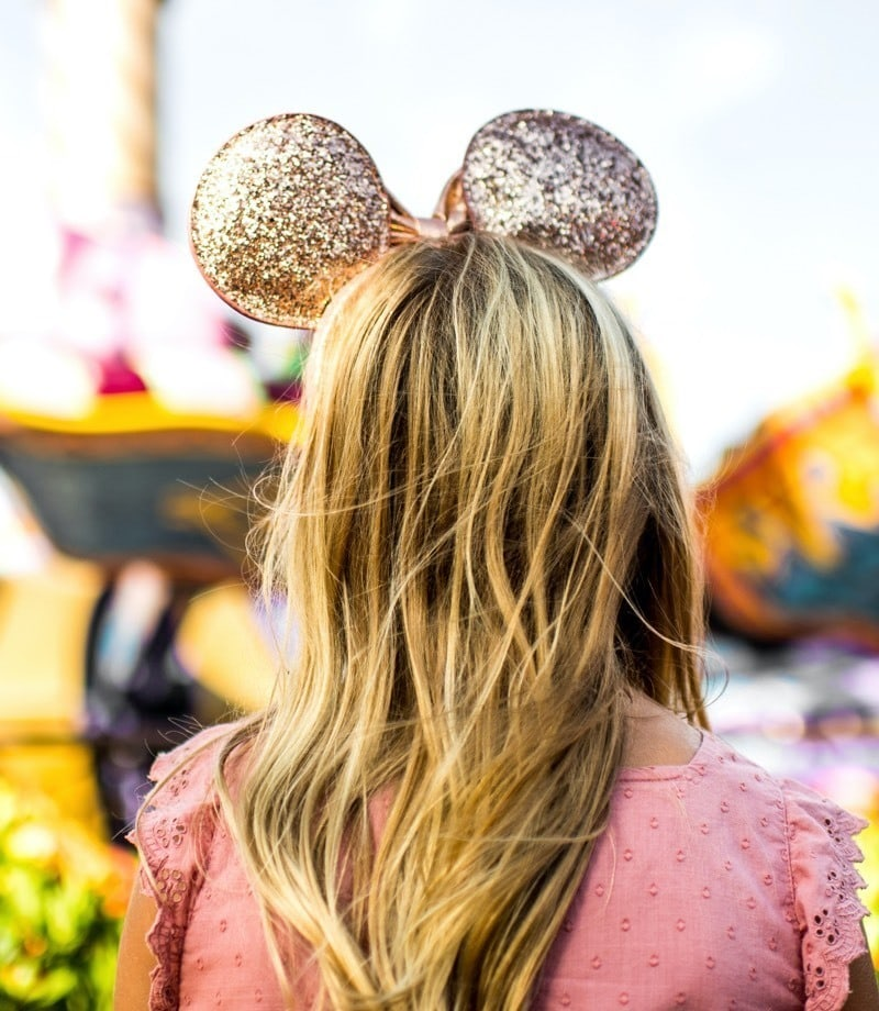 沃尔特·迪斯尼世界戴金色米老鼠耳朵的女人