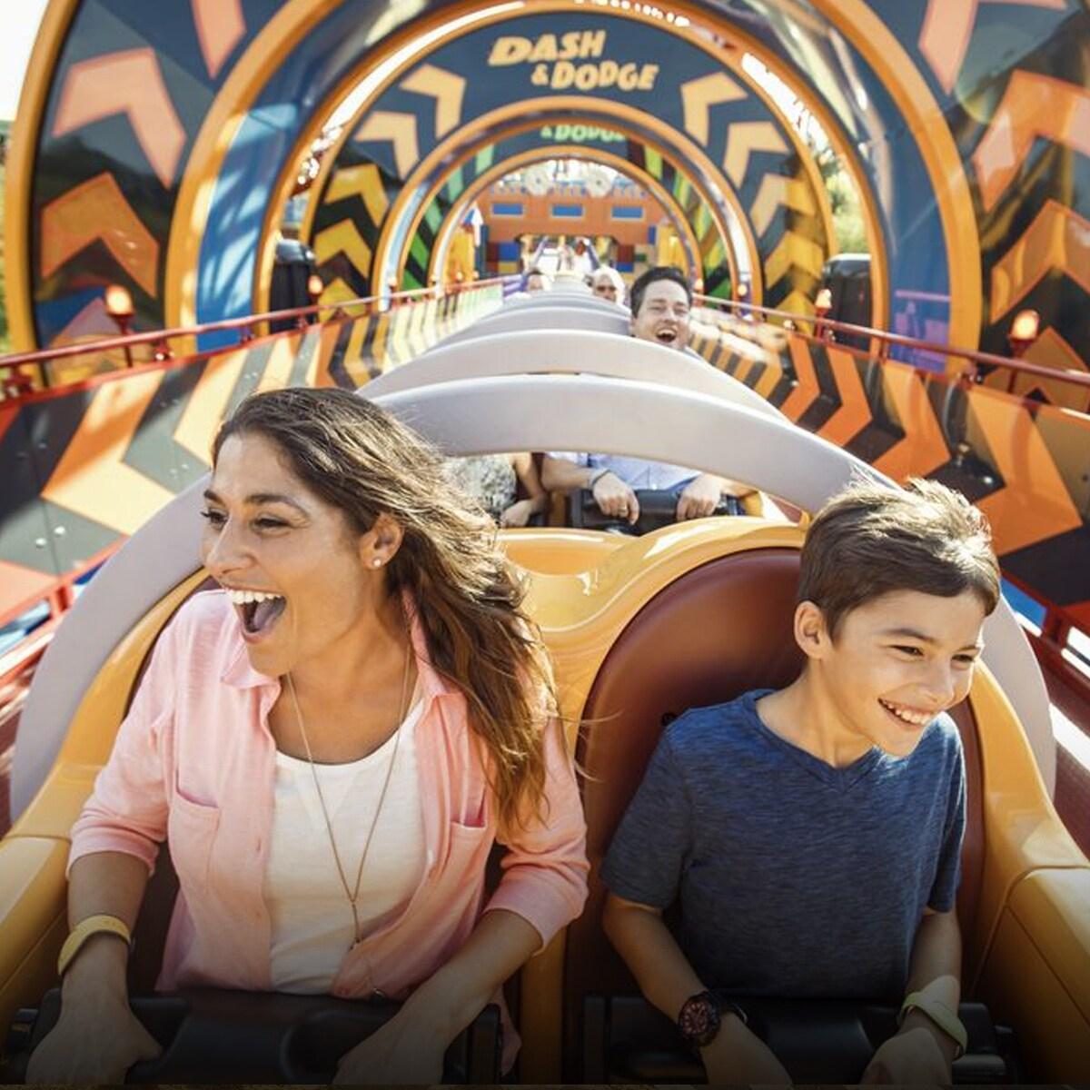 Mãe e criança sentadas numa montanha russa na Walt Disney World.
